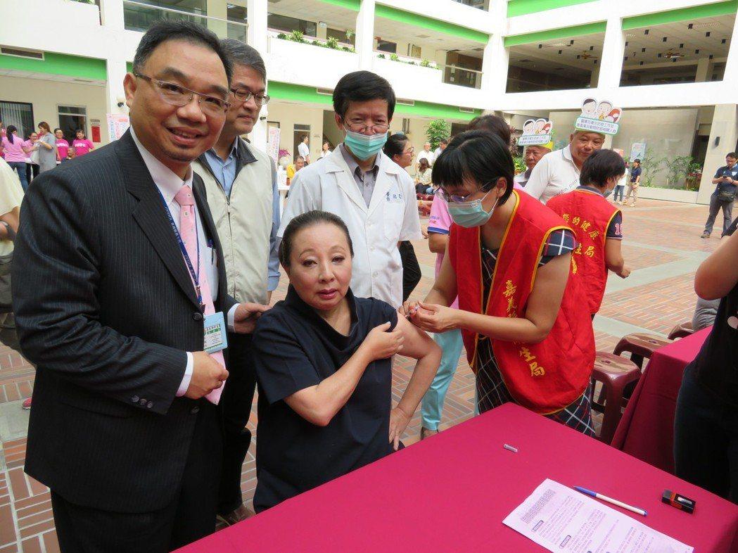 嘉義縣長張花冠(中)由衛生局長祝年豐(左)陪同接種流感疫苗。記者魯永明/攝影