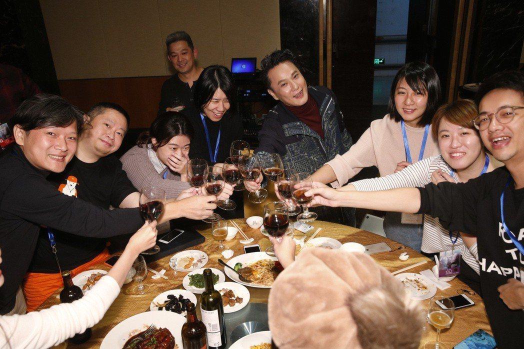 張信哲慶功宴上開心舉杯。圖/潮水音樂提供