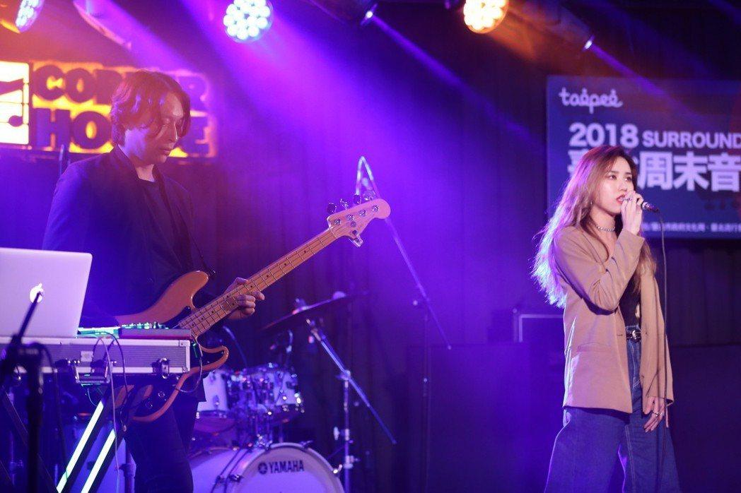 激膚樂團主唱安卓雅(右)抱病登台。圖/新視紀整合行銷提供