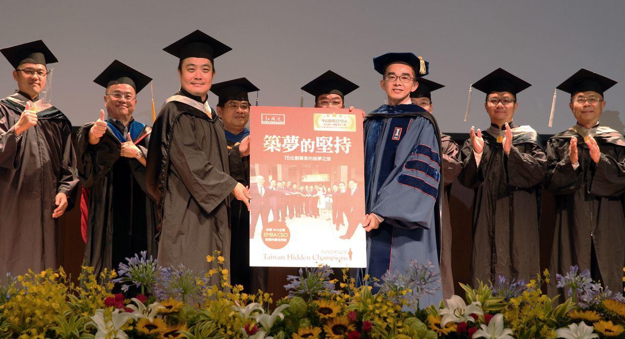國立中山大學EMBA今年的畢業生。攝影中心/劉學聖