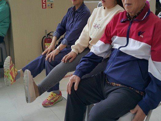 跌倒是老人意外死亡的主要原因之一,老人防跌應該多運動,加強肌力及平衡力。 圖/職...