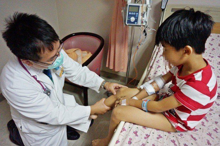 新竹馬偕醫院小兒科醫師林千裕,細心檢視病患病情。圖/醫院提供