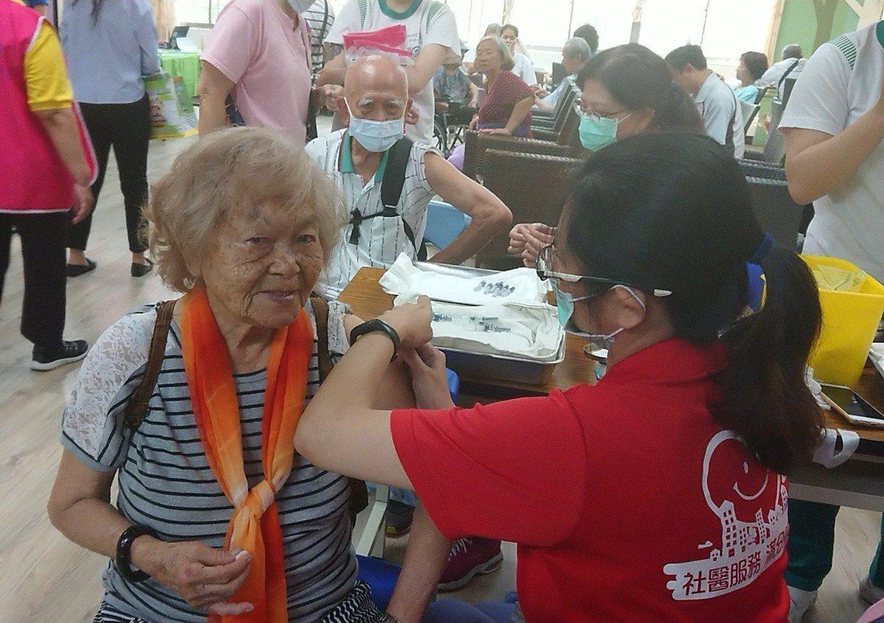 高市衛生局15日上午在長青綜合中心舉行流感疫苗開打活動,許多長輩到場排隊接種,一...