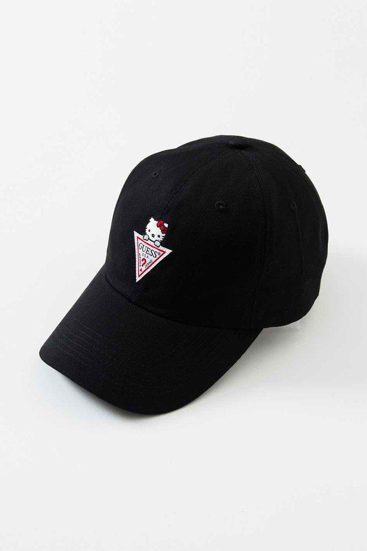Guess與Hello Kitty聯名系列棒球帽,1,090元。圖/Guess提...