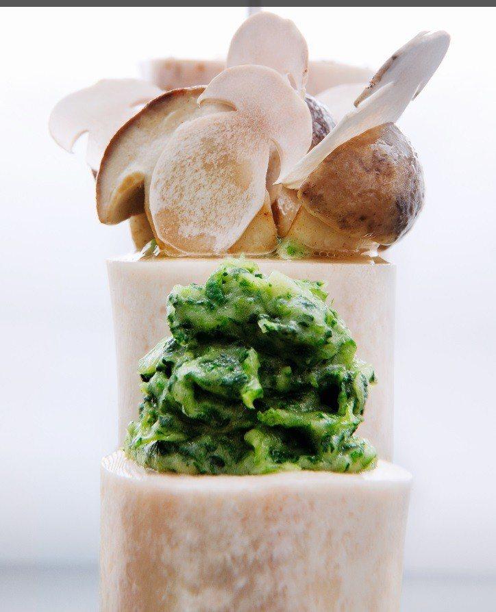 安東主廚招牌代表菜「牛骨髓」,這次也可在他來台客座期間品嘗得到。圖/台北晶華酒店提供