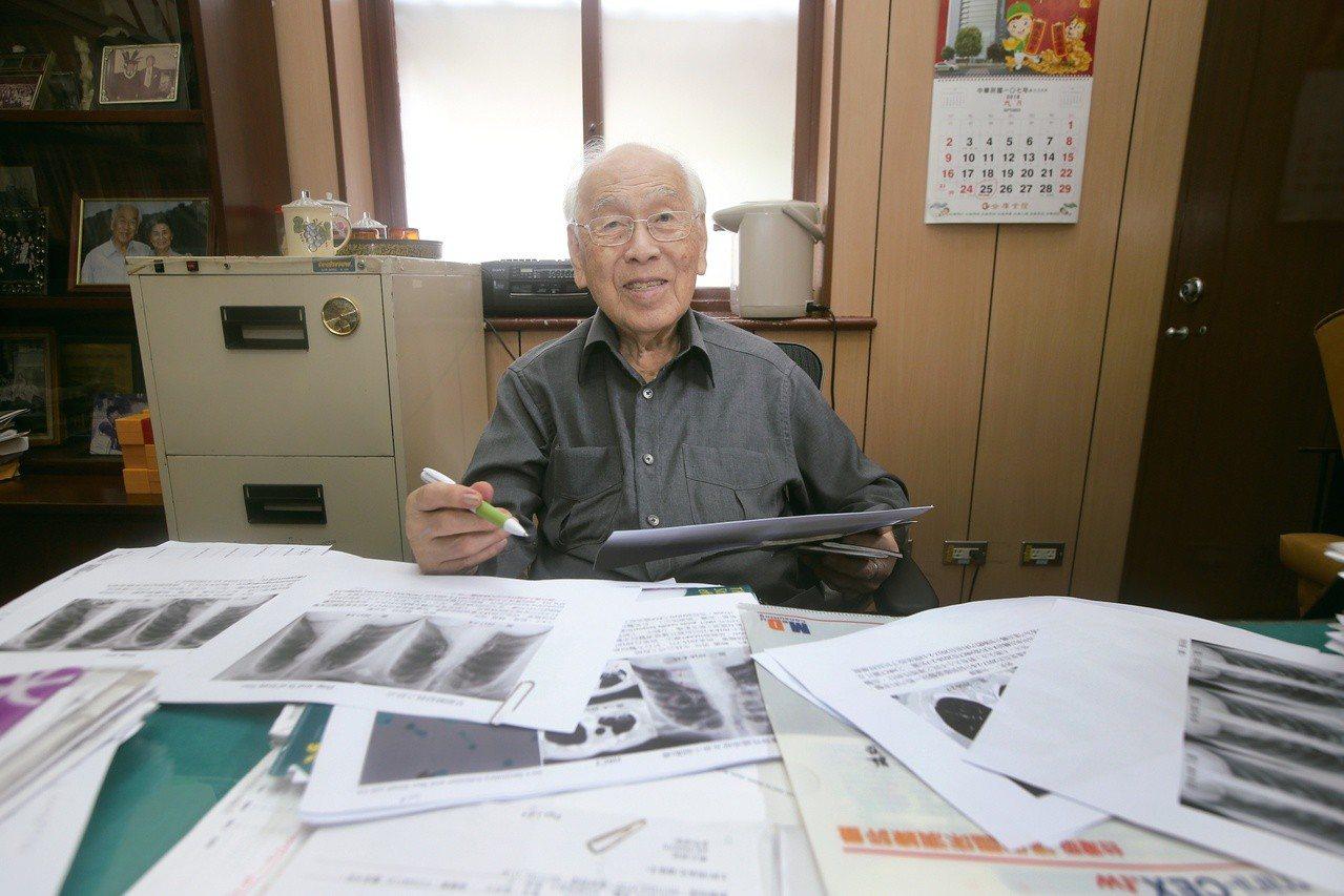 高齡九十九的楊思標現在仍每周參加花蓮慈濟的胸腔科影像討論會。記者陳正興/攝影