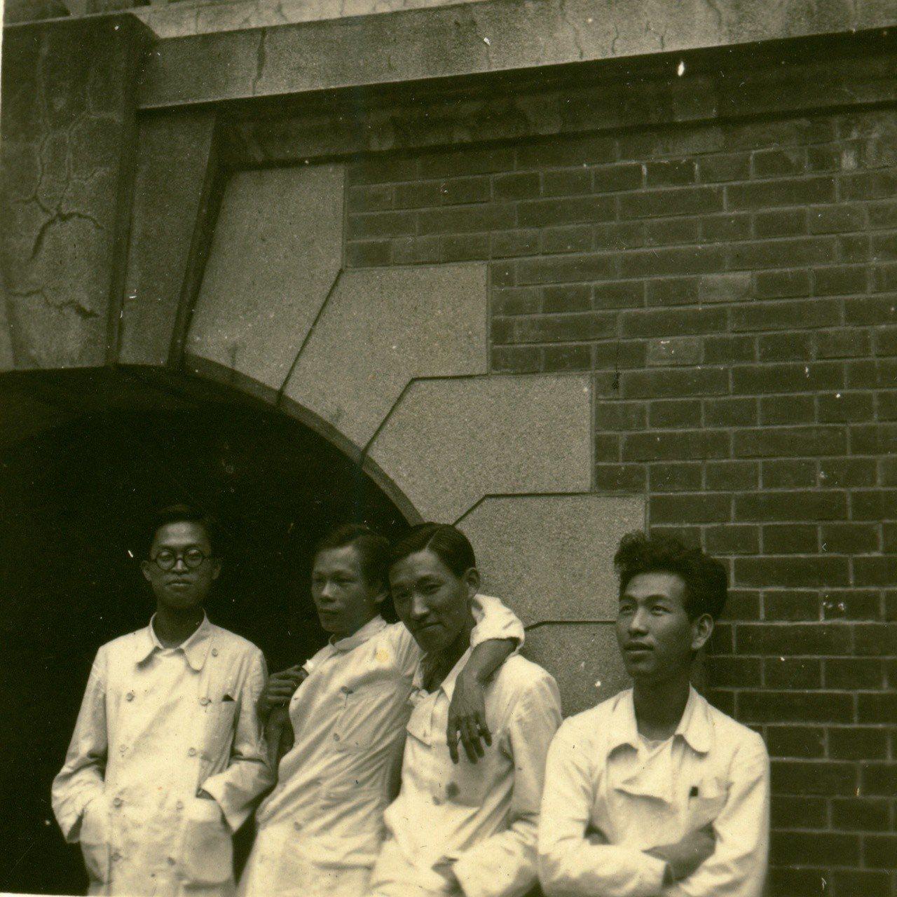 楊思標(右)帝國大學時期與同學合影。圖/楊思標提供
