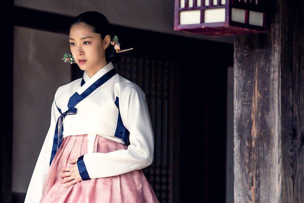 徐智慧在「黑騎士」中飾演服裝設計師穿了一百套以上的華服。圖/緯來提供