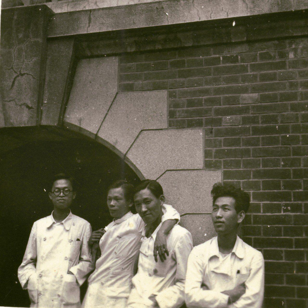 楊思標(右)帝國大學時期與同學留影。 圖╱陳正興攝影、楊思標提供
