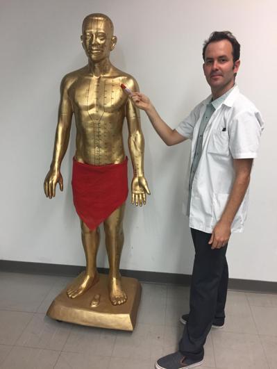 以色列學生唐吉利立志成為中醫師,來台留學並就讀中國醫藥大學針灸研究所。 圖/台華...