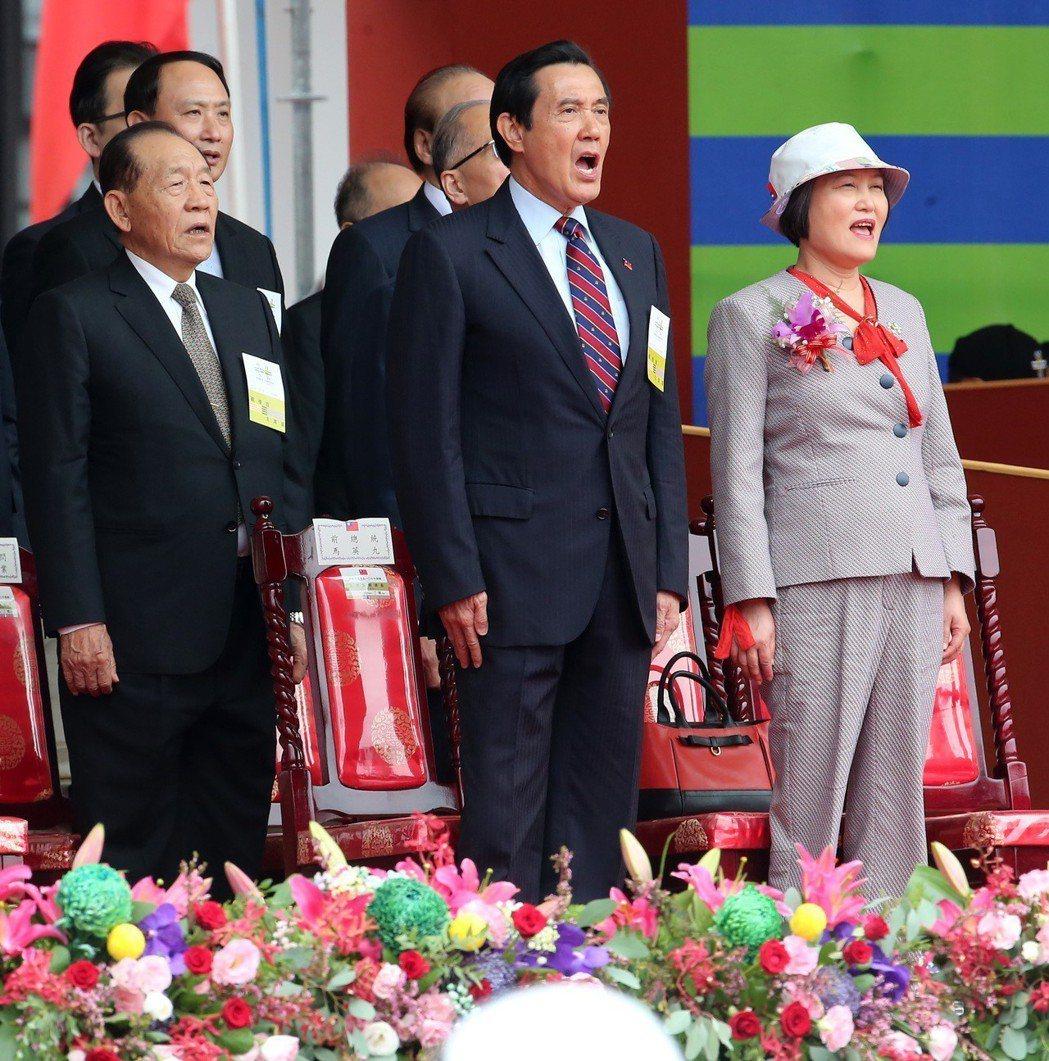前總統馬英九(中)參加國慶典禮,開口大唱國歌,右為立法院長蘇嘉全夫人洪恆珠。 圖...