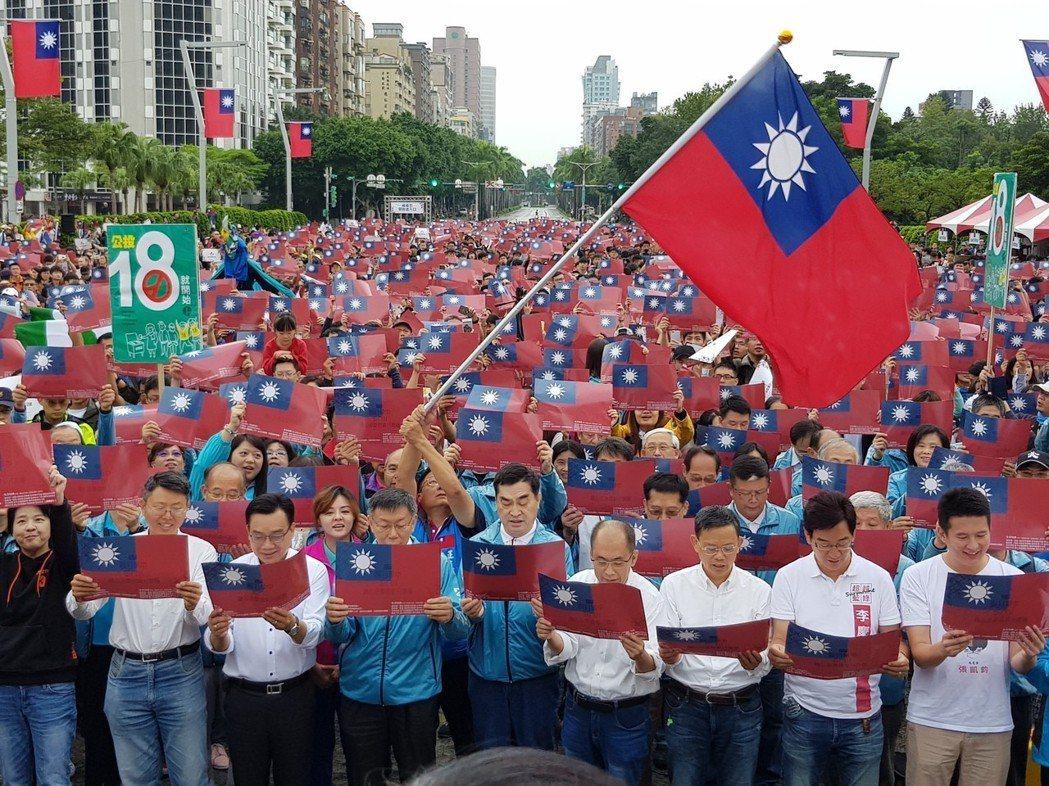 台北市長柯文哲出席北市府國慶升旗典禮唱國歌。 圖/聯合報系資料照片