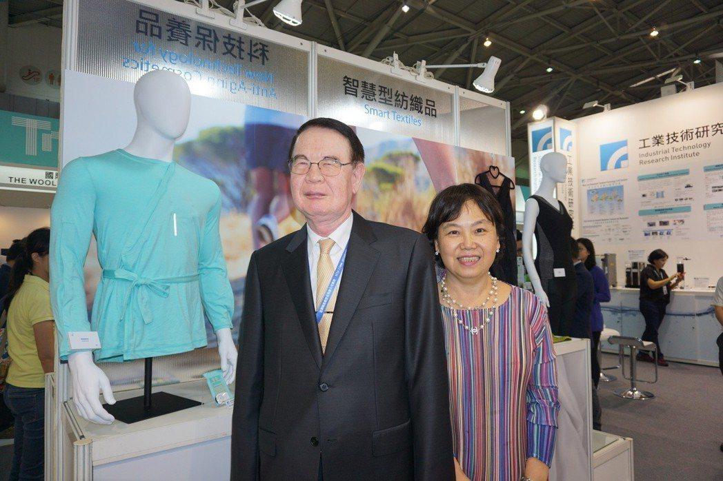 儒鴻公司董事長洪鎮海(左)、工研院材化所組長唐靜雯(右)於新研發的照護用智慧衣前...