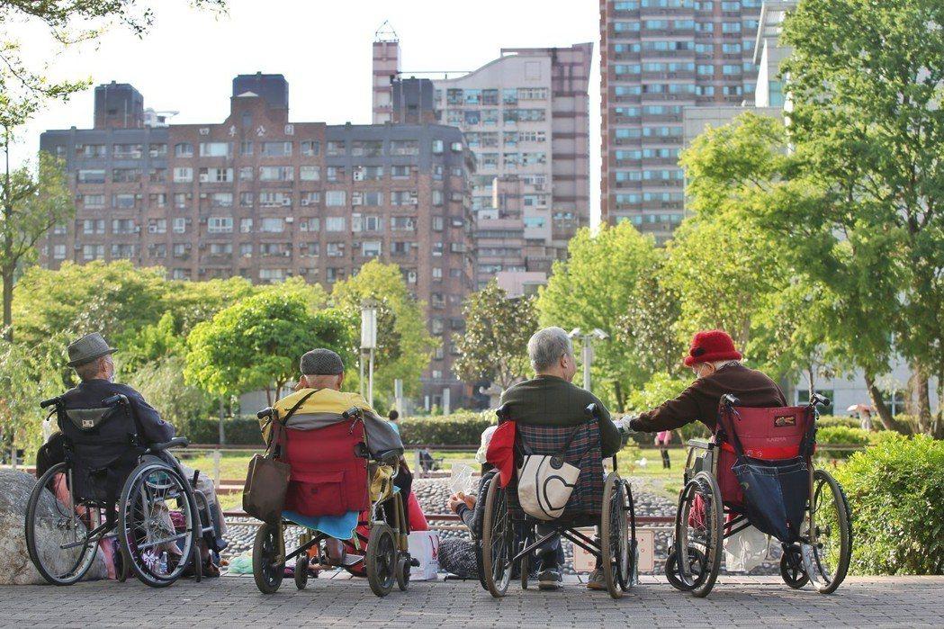 近年來政府大力推動「以房養老」政策,讓有屋卻沒錢的老人,能透過向銀行申請「逆向抵...