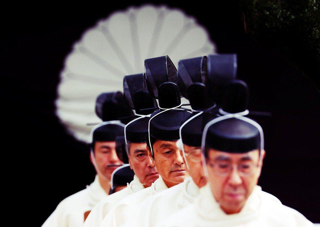 靖國神社擁有自己的神職培養系統,至今內部的人事還是由許多過去的舊華族(貴族)和有...