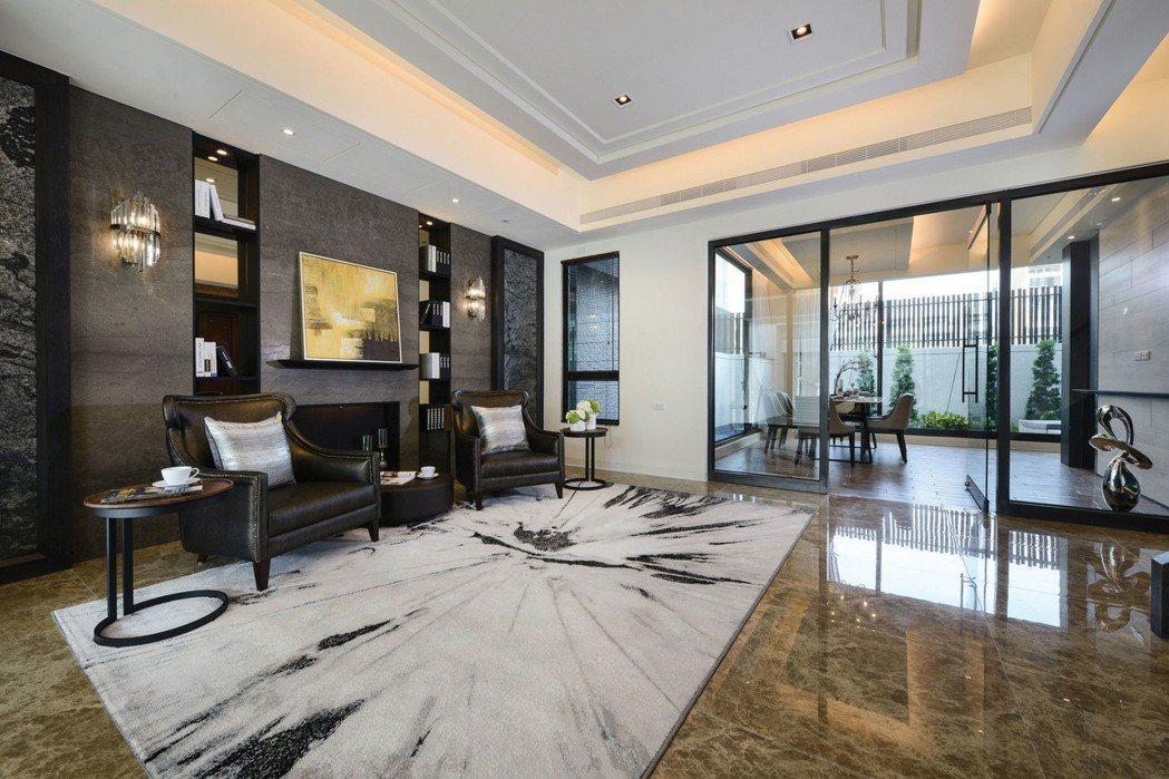 1樓會館,能讓主人和訪客在此歡聚,同時和樓上的私人空間區隔,保有完整隱私。 圖片...