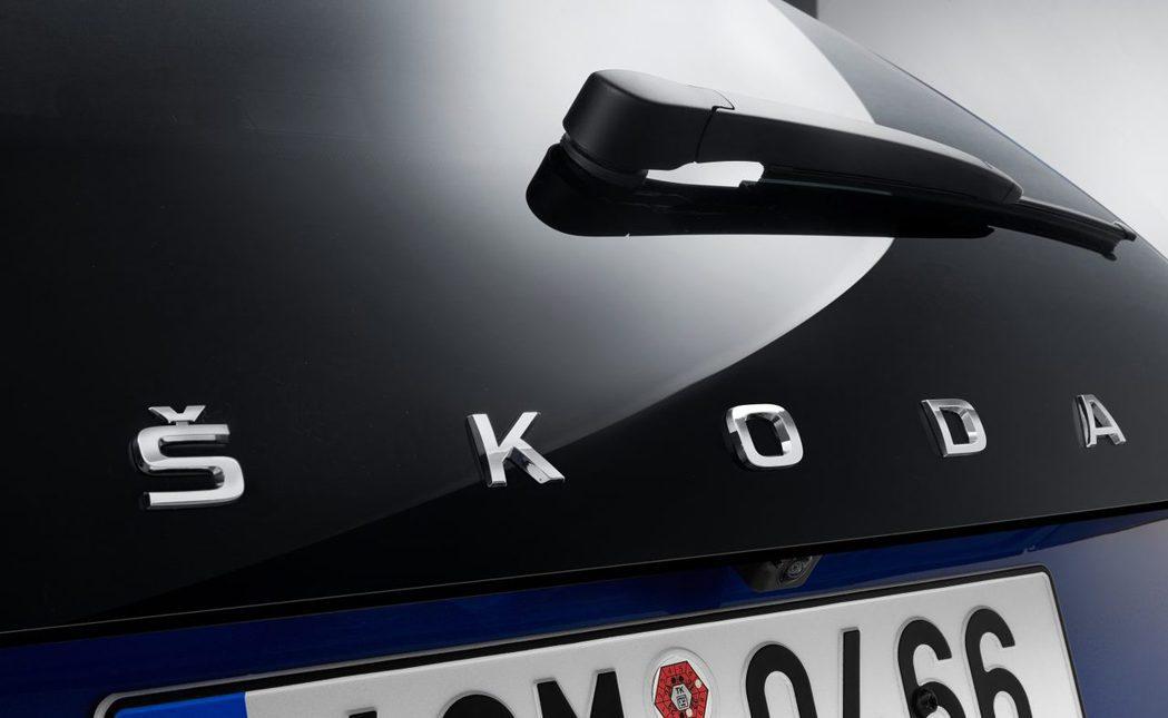 ŠKODA全新掀背車車尾上的鳥頭牌廠徽,將會被品牌字樣「ŠKODA」所取代。 摘...