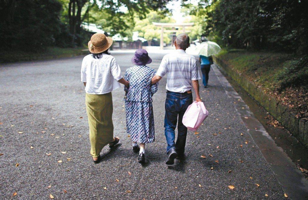 日本是全球人口老化最快的工業國,動彈不得的「死錢」正快速成長。圖/路透社