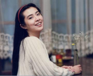 細數華人影壇經典美人,來自台灣的王祖賢和在香港長大的關之琳,可謂各有千秋,都有不少支持者。在1980、90年代的香江電影圈,大牌聯手並不稀奇,一部片中有好幾位不同風格的美女搭配男主角也是常態,照說兩...