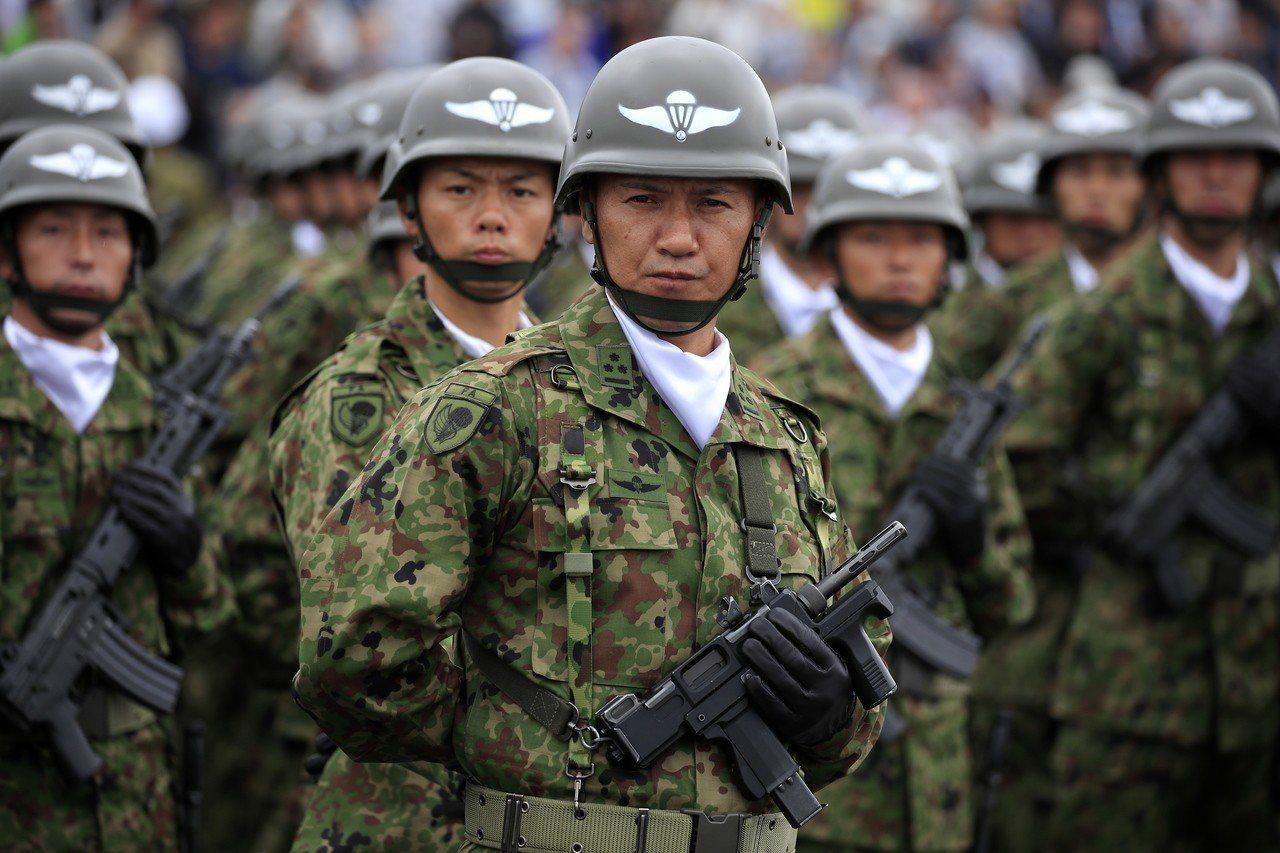 日本自衛隊14日在東京附近的朝霞營區舉行閱兵。歐新社