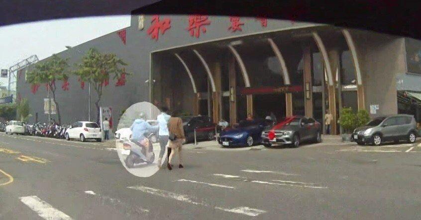 李姓男子(左)騎機車從吳姓情侶檔左側接近,伸手搶紅包。記者林伯驊/翻攝