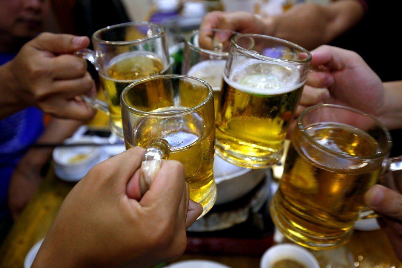氣候變遷影響未來啤酒供應,圖為民眾在越南喝啤酒。路透
