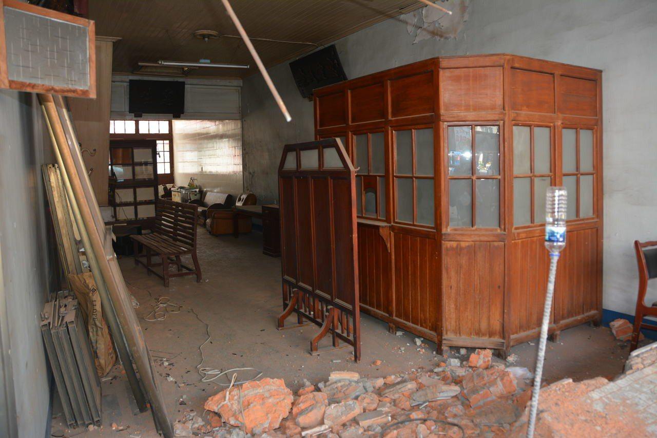 台南市新化老街有80年以上歷史的惠生醫院,保有檜木的掛號間等珍貴文物家具,一樓工...