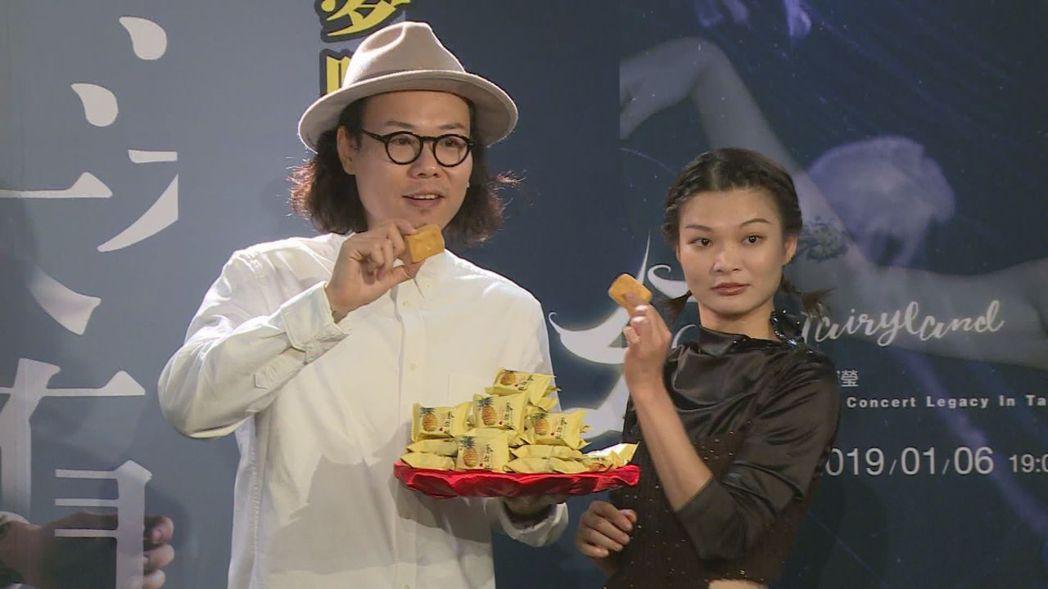 許鈞(左)、蘇運瑩開心品嘗鳳梨酥。記者林士傑/攝影