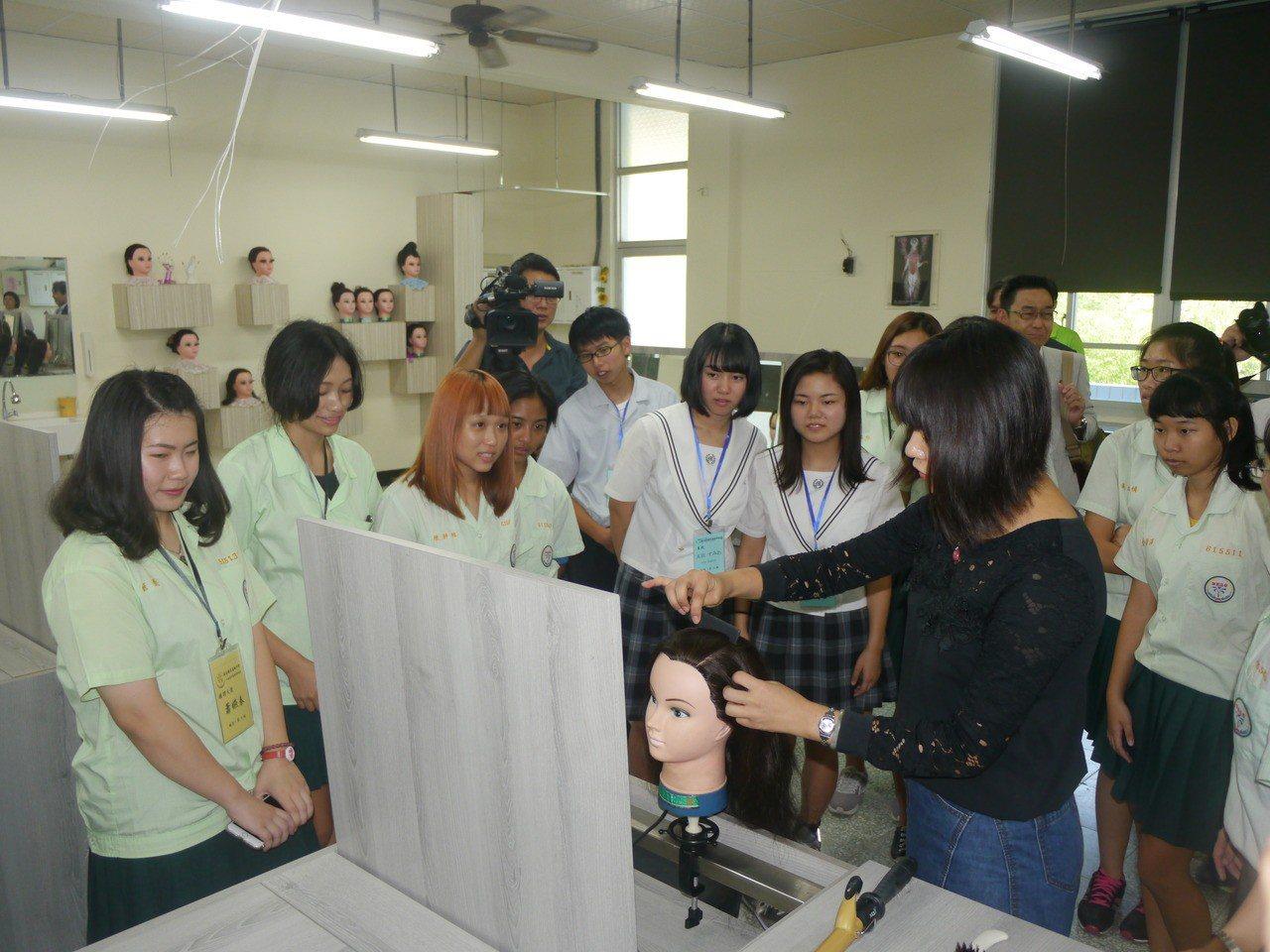 旗美高中家政科老師教導學生「豎琴編髮」技巧。記者徐白櫻/攝影