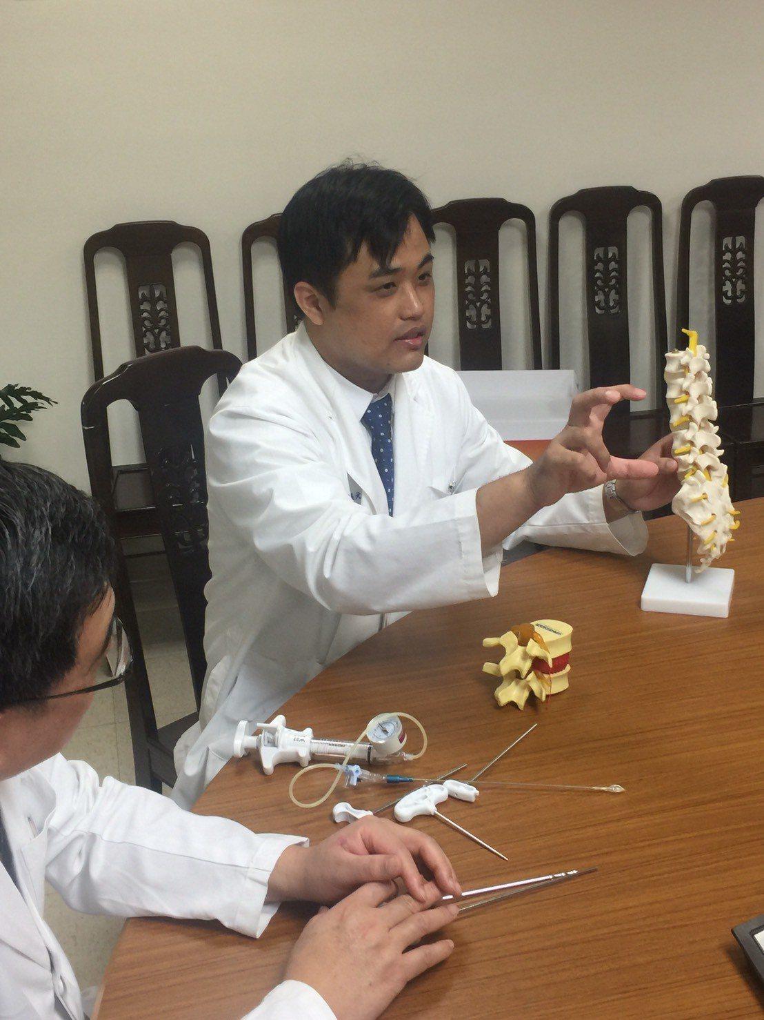 骨科醫師羅元舜診斷陳姓阿嬤病例,為胸椎第12節爆裂性骨折,且病患本身有慢性阻塞性...