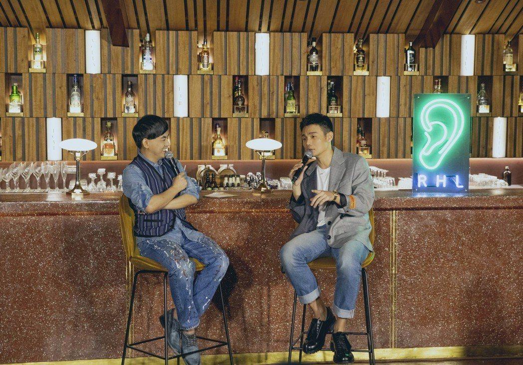 李榮浩(右)舉辦聽歌會,和主持人黃子佼暢談甚歡。圖/華納提供(  ※ 提醒您:禁