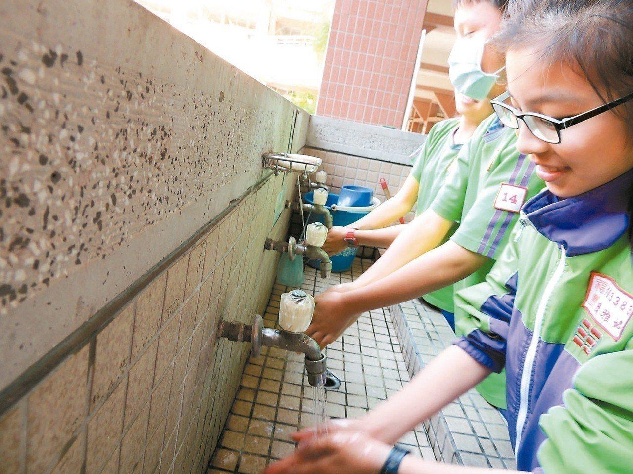 雖腸病毒疫情在低點,但師長應確實宣導勤洗手,才能避免孩子染病。 圖/聯合報系資料...