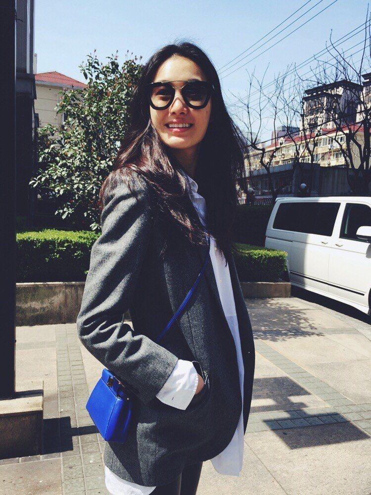 秦舒培以中性裝扮搭襯藍色Peekaboo手袋,展現個性美。圖/FENDI提供