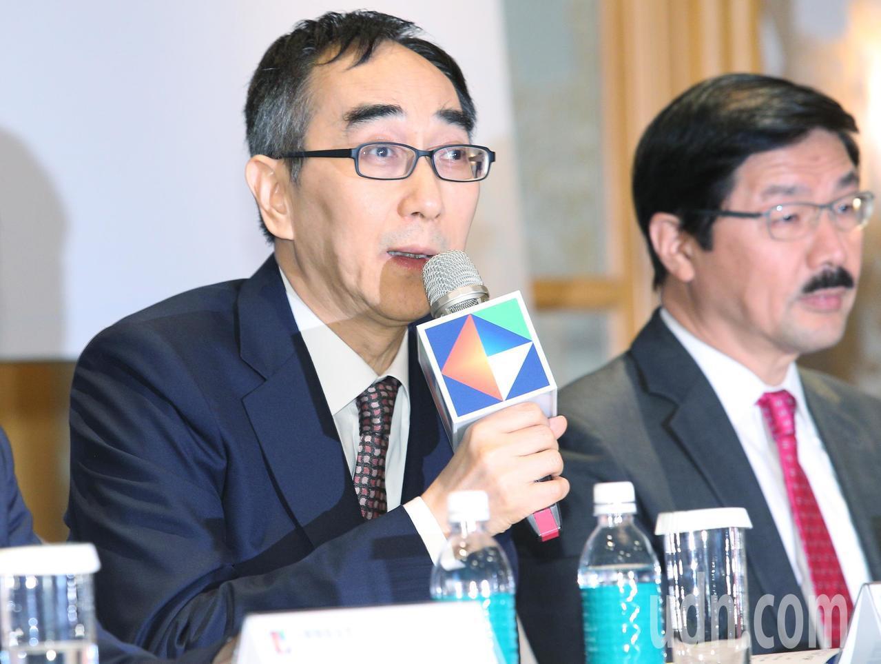 中華開發金控下午舉行下半年法人說明會,會議由開發金控總經理王銘陽(左)主持。記者...
