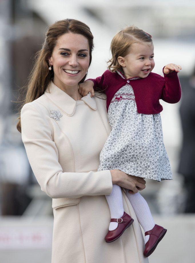 夏綠蒂公主從小就比哥哥愛笑。圖/摘自womanandhome.com