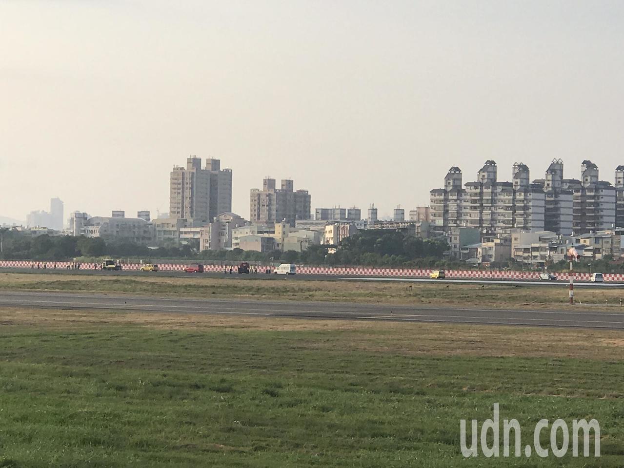 今上午爆胎的華航班機已移除,機場將重新恢復開放。記者劉星君/攝影