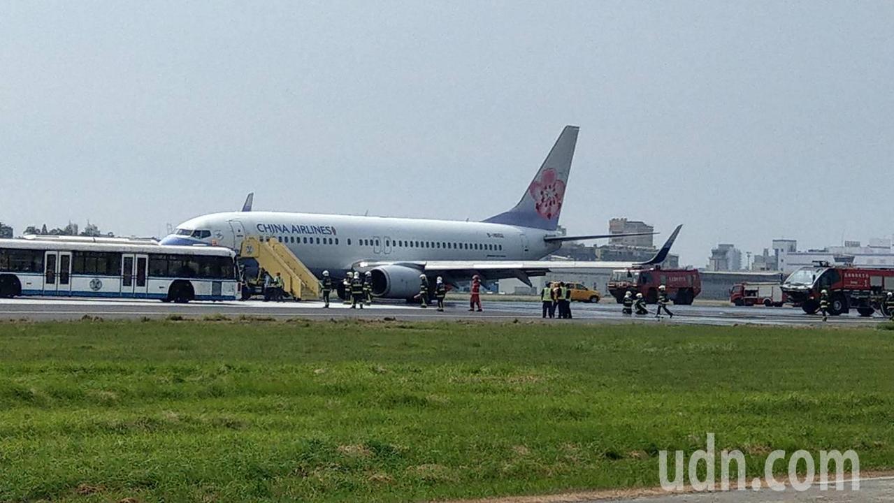 一架華航班機降後高雄機場後爆胎。記者劉學聖/攝影