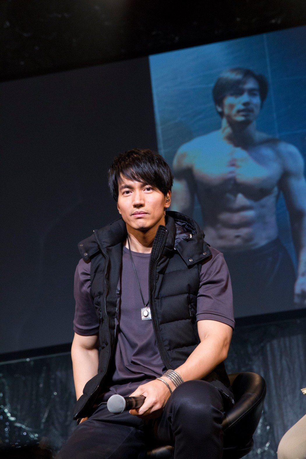 有網友發現,言承旭這件背心已經穿了很久了。照片為去年在日本辦粉絲見面會的模樣。圖...