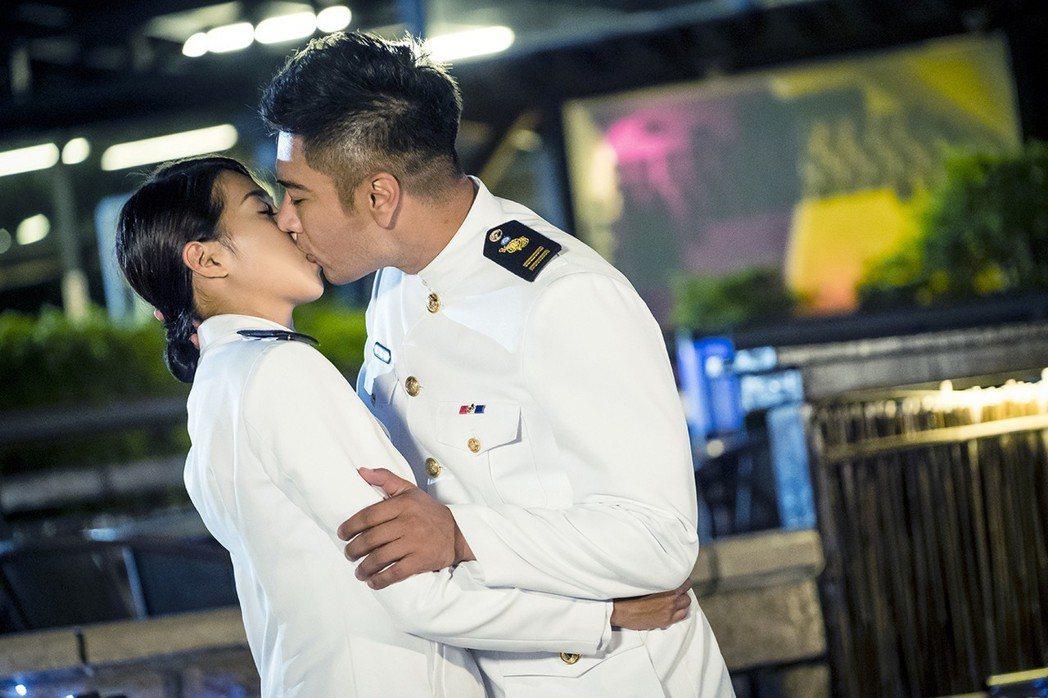 羅平(右)、楊晴上演浪漫吻戲。圖/TVBS提供