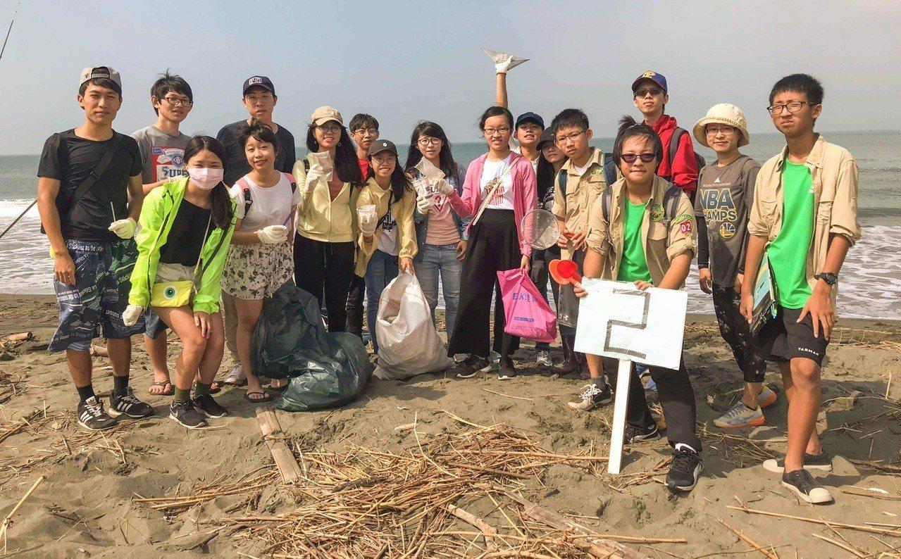 研究團隊的出發點是關心社會議題,除到台南四鯤鯓海岸淨灘,也觀摩相關企業、回收系統...