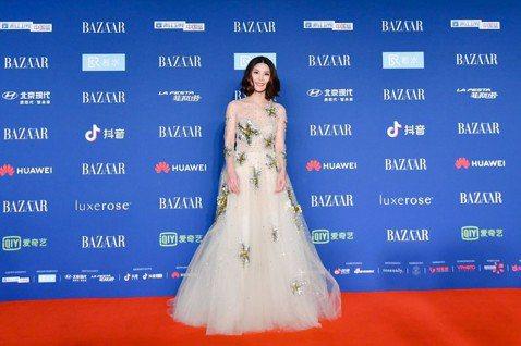 許茹芸上周擔任北京BAZAAR明星慈善夜壓軸嘉賓,著一襲Oscar de la Renta 的透視禮服,獻唱專輯新作「今夜只為你歌唱」,她說:「我想獻給在場所有為了這份愛一起共同努力的人,謝謝你們。...