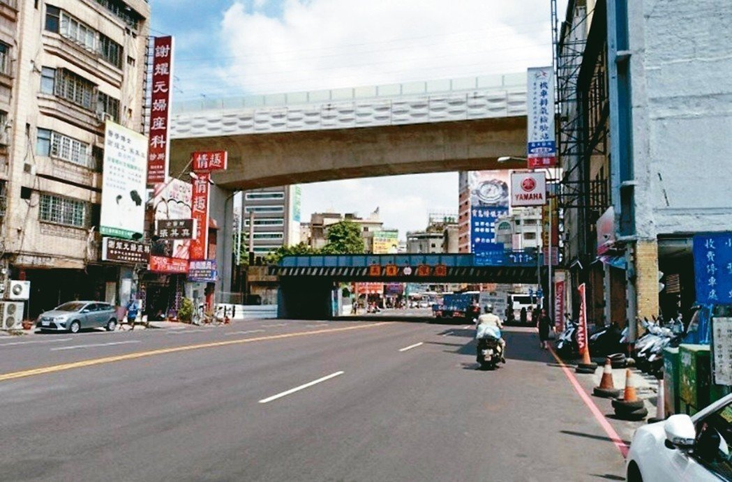 台中市區道路已有陸橋聯絡鐵路兩側,但鐵路立體化為跨越現有陸橋,建出12米高架。 ...
