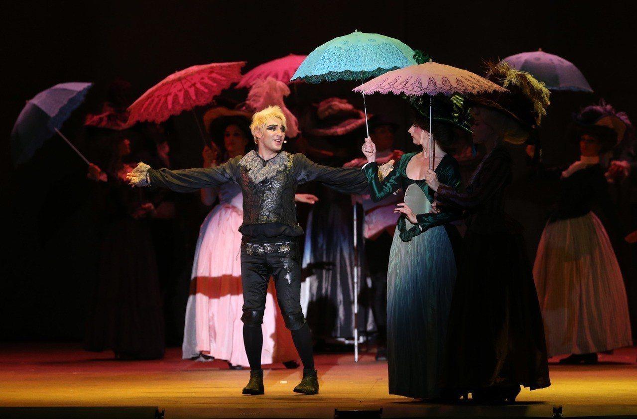 經典法劇《搖滾莫札特》首度登台,這次硬體設備升級,規格有如演唱會。 記者林俊良/...