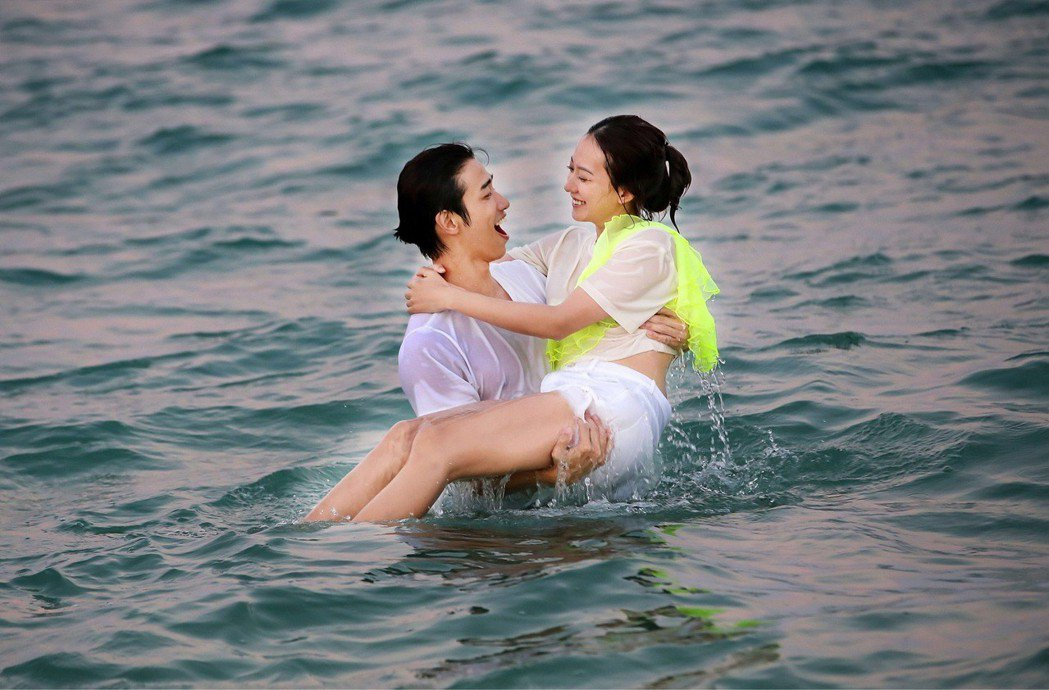 孟耿如新歌「幸福離島」和劉以豪在MV裡互動親密。圖/愛貝克斯提供