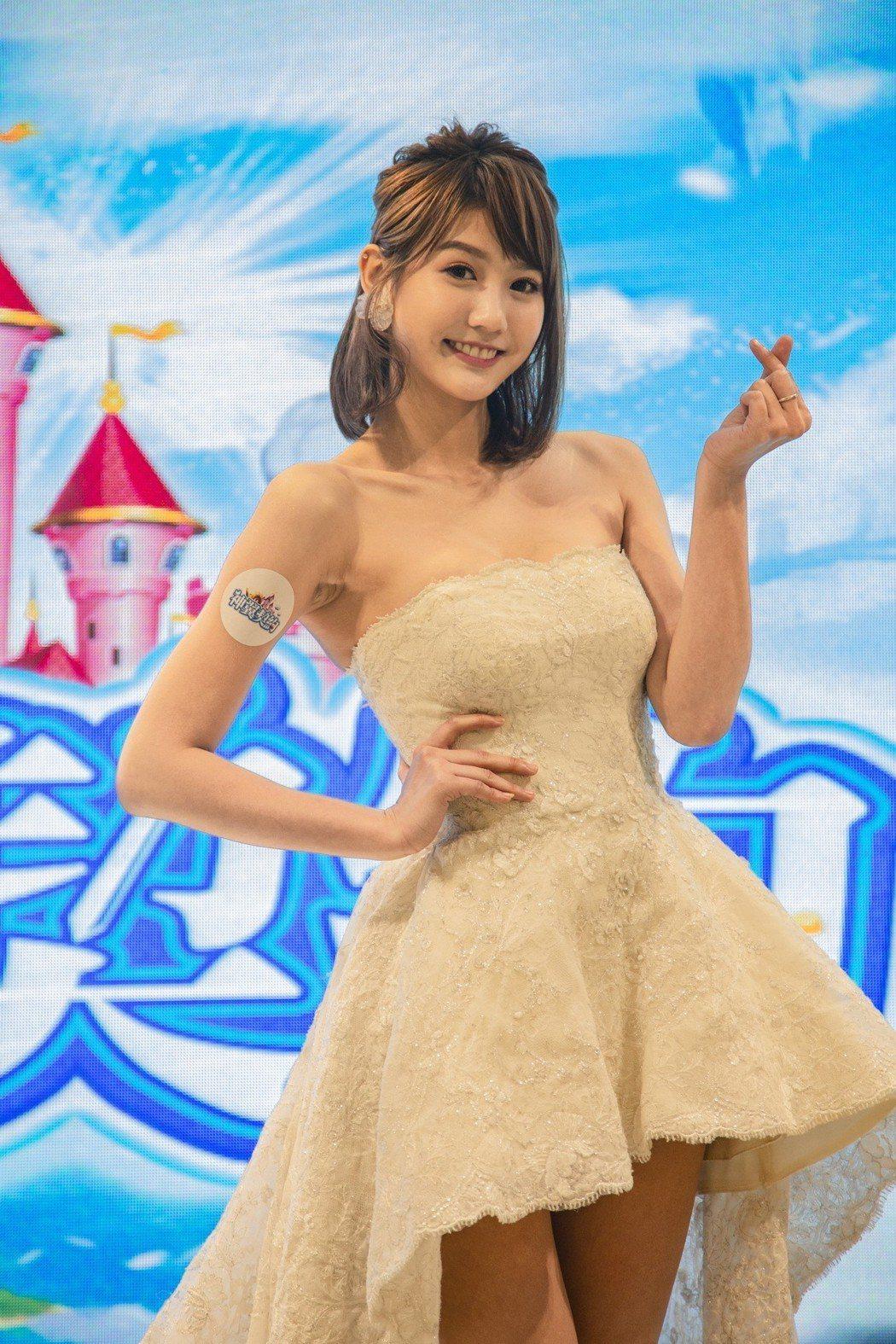 四葉草首度披婚紗,卻抱持晚婚想法。圖/金橋娛科有限公司提供