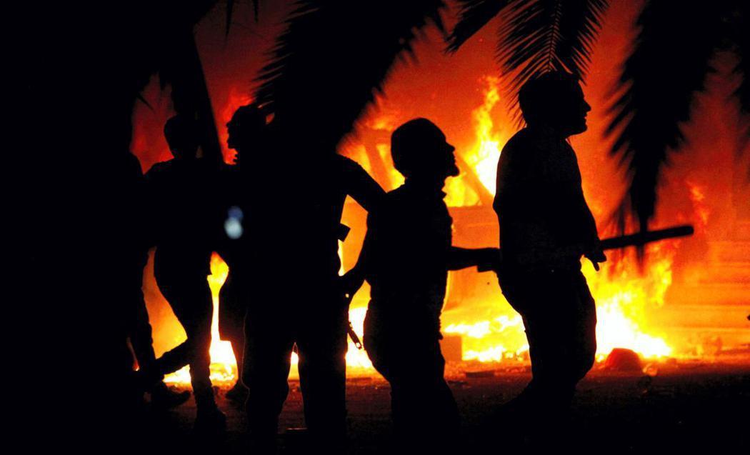 利比亞極端分子火燒及攻擊美駐班加西領事館及中情局情報基地。(美聯社)