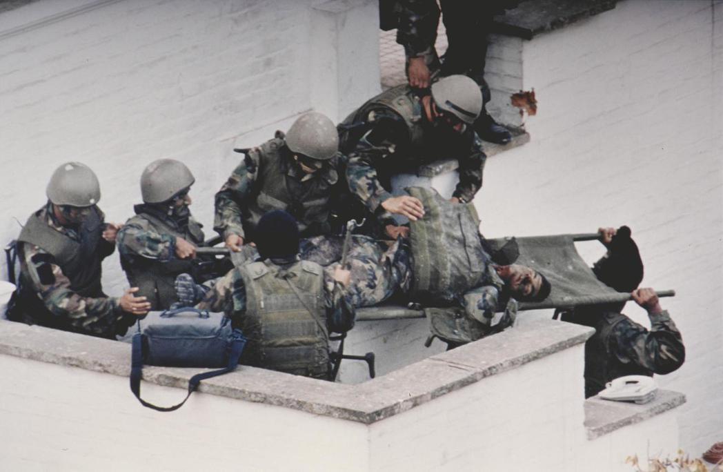 在日本駐祕魯大使官邸人質危機事件,有兩名突擊隊員身亡。(美聯社)