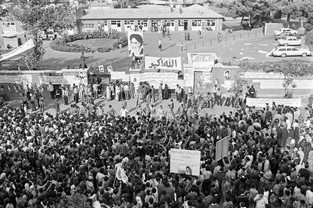 1979年伊朗學生衝進美國大使館挾持人質,使館外大批民眾聚集。(美聯社)