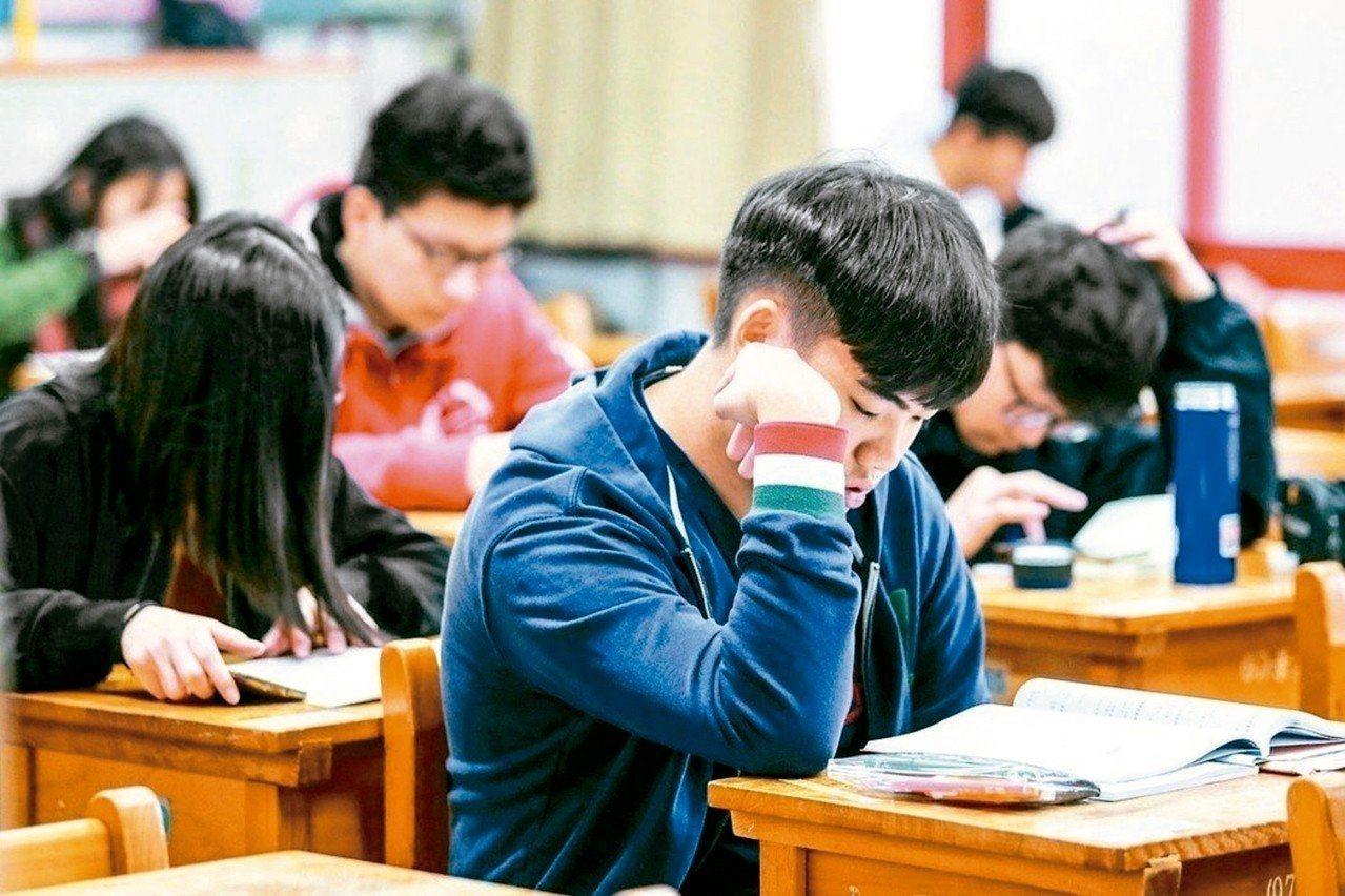 為減輕考生壓力,一○八學年起,學測參採科目將調降至最多四科,最少一科。 圖/聯合...