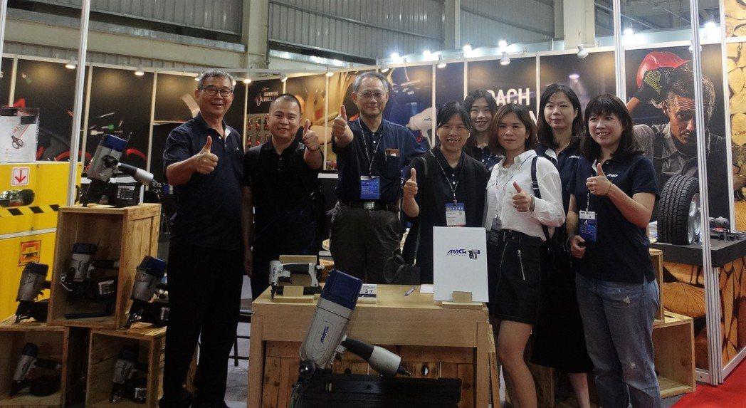 力偕公司經營團隊於台中五金展合照 記者 沈佳宜攝影